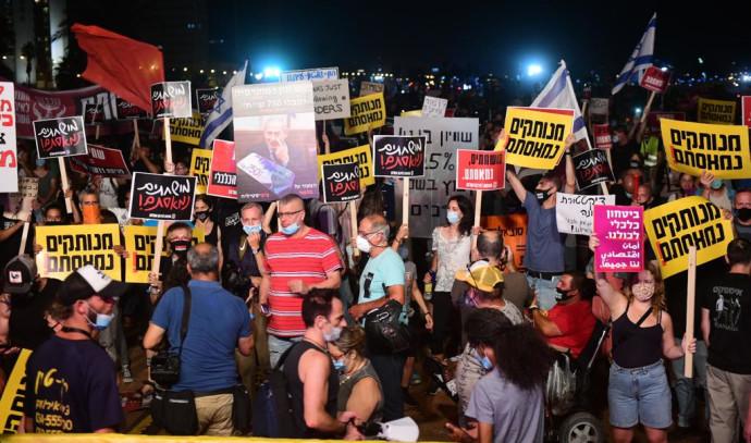 """מחאת הדגלים השחורים: הפגנה בצארלס קלור ת""""א"""