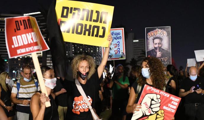 מפגינים בגן צ'ארלס קלור בתל אביב הפגנה מחאה דגלים שחורים צעדת המליון
