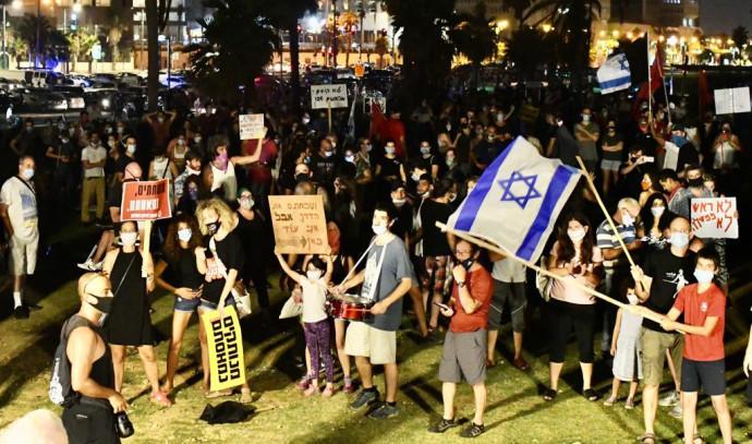 מפגינים בגן צ'ארלס קלור בתל אביב הפגנה מחאה