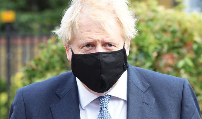 ראש ממשלת בריטניה בוריס ג'ונסון עם מסכה