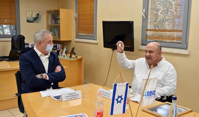 מנהל המכון הביולוגי שמואל שפירא (מימין) ושר הביטחון בני גנץ
