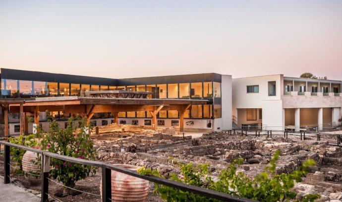 מלון מגדלה ובית הכנסת העתיק מגדלא