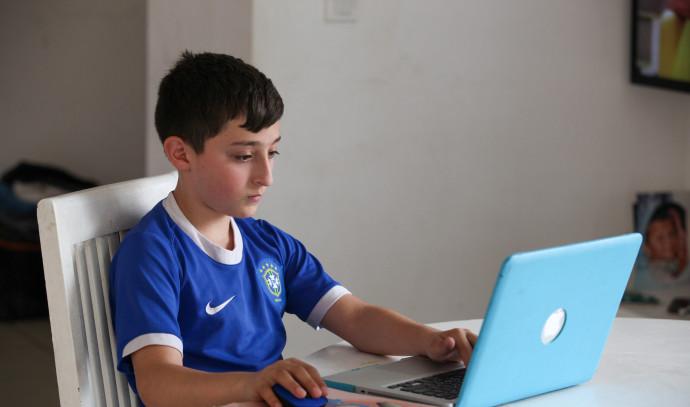 למידה מרחוק חינוך בית ילד תלמיד מחשב קורונה חוזרים לימודים