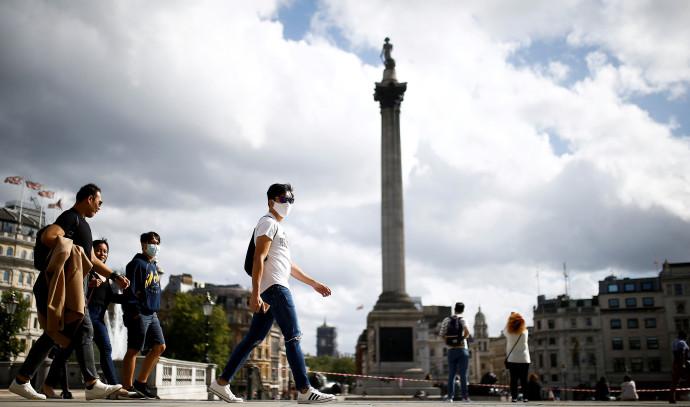 קורונה - אנשים בלונדון עם מסכה