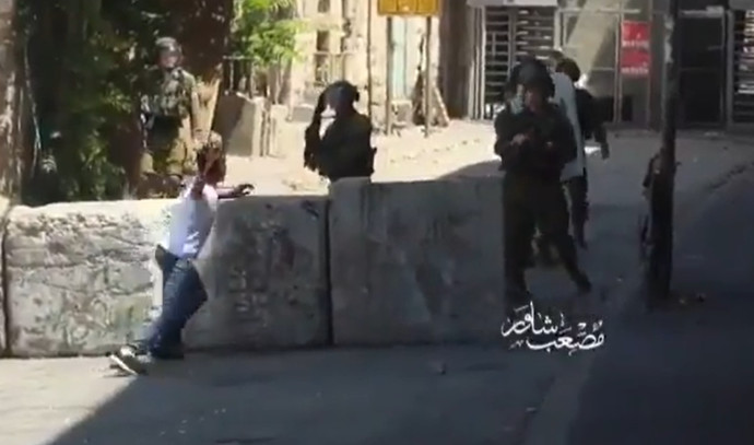 """נער זורק אבנים על חיילי צה""""ל"""