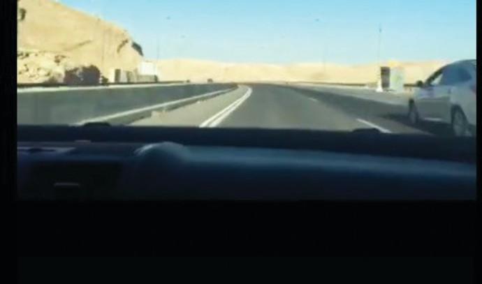 נהג מתעד עצמו בטיקטוק נוהג במהירות מופרזת