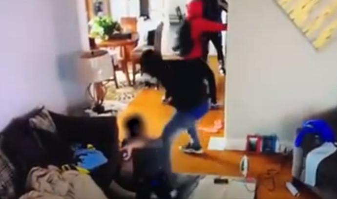 בן 5 הגן על אמו מפני פורצים חמושים