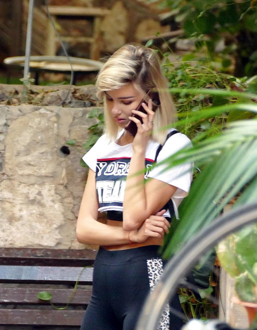 או שנראה לכם שהיא בכלל לא מדברת בטלפון ורק עושה את עצמה?