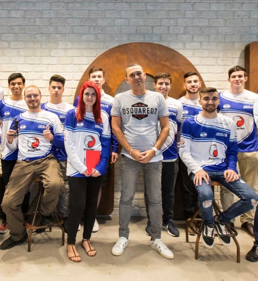 רוברט אנטוקול וחברי הנבחרת (צילום: אפי שמייח)