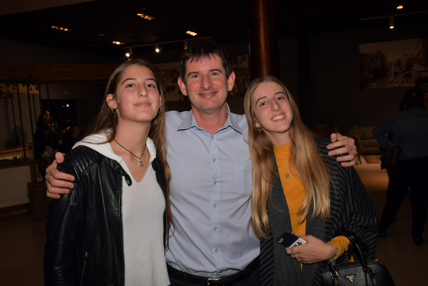 רון וכסלר עם בנותיו נועה ומיכל (צילום: אביב חופי)