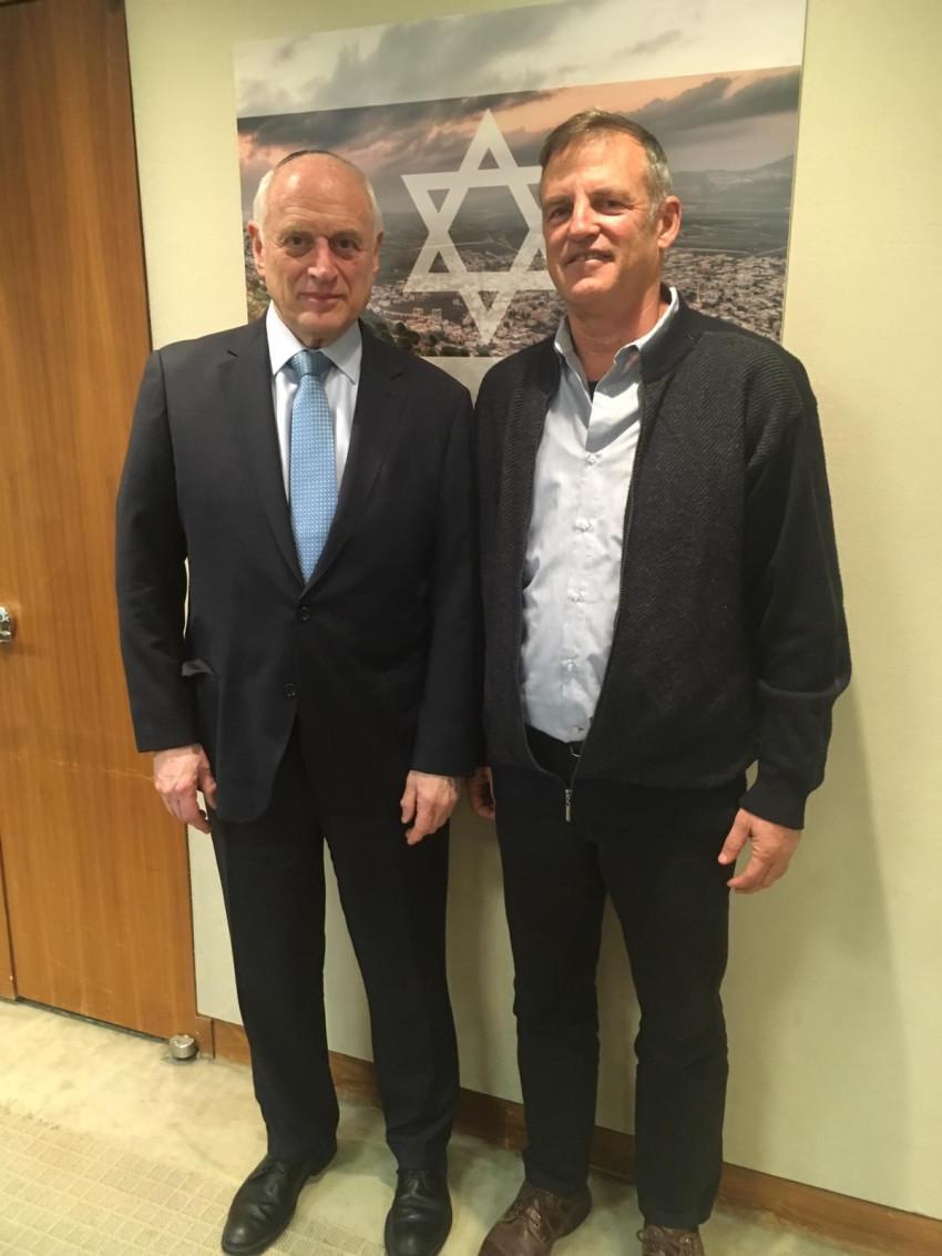 שאול גולדשטיין ומלקולם הונליין (צילום: עוזי ברזיל)
