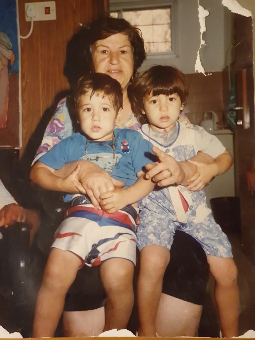 עדן (משמאל) עם אחותה וסבתן (צילום פרטי)