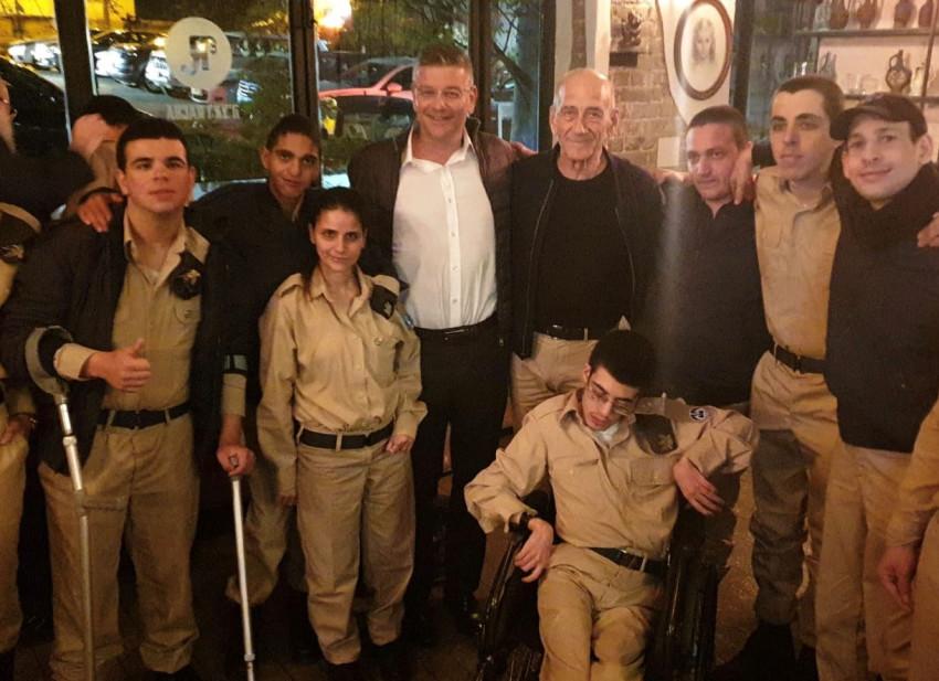 אהוד אולמרט, ישראל רייף וחיילי גדולים במדים (צילום: אריאל גדולים במדים)