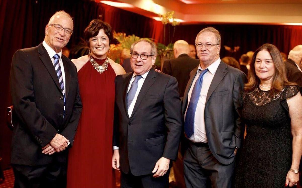הלאונג'<br />יחסים בינלאומיים,<br />תרומת שיא וכבוד בבילינסון