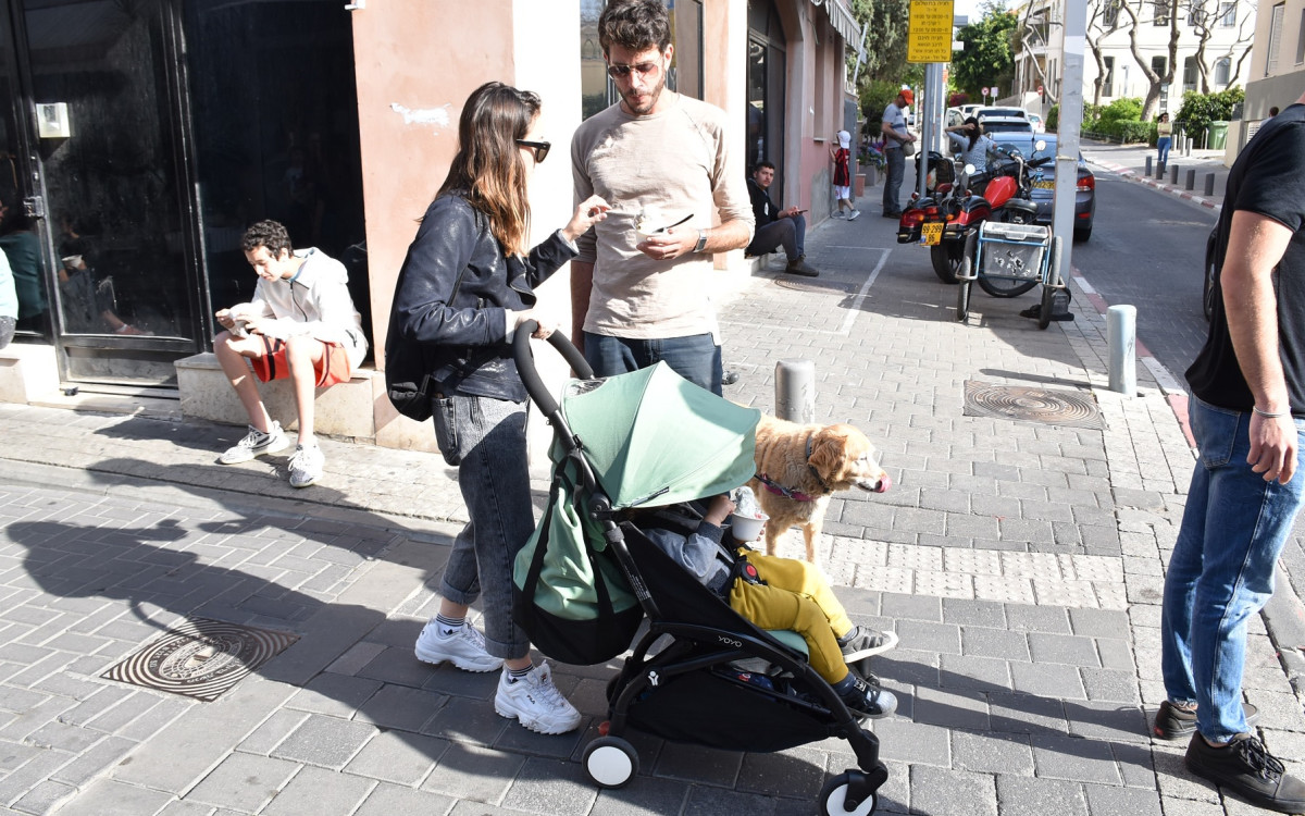 נלי תגר עם בעלה, בנם והכלב