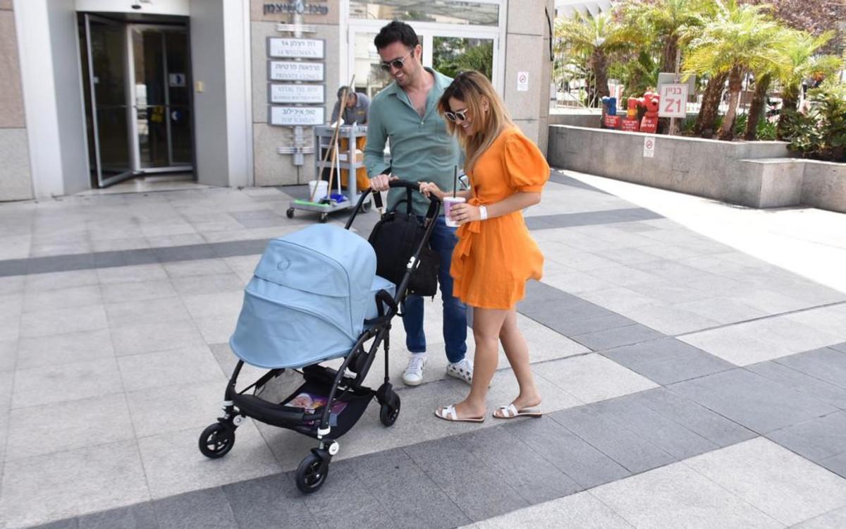 מור סילבר ובעלה מחוץ לבית החולים איכילוב