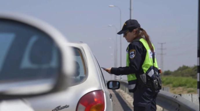 שוטרת במשטרת התנועה (למצולמים אין קשר לנאמר בכתבה). צילום: דוברות המשטרה