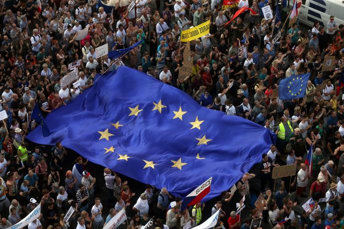 דגל האיחוד האירופי במהלך הפגנה בפראג. צילום: רויטרס