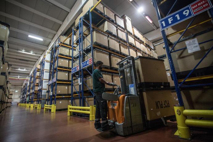 פועל מחסן במפעל בטורקיה. צילום: Getty Images