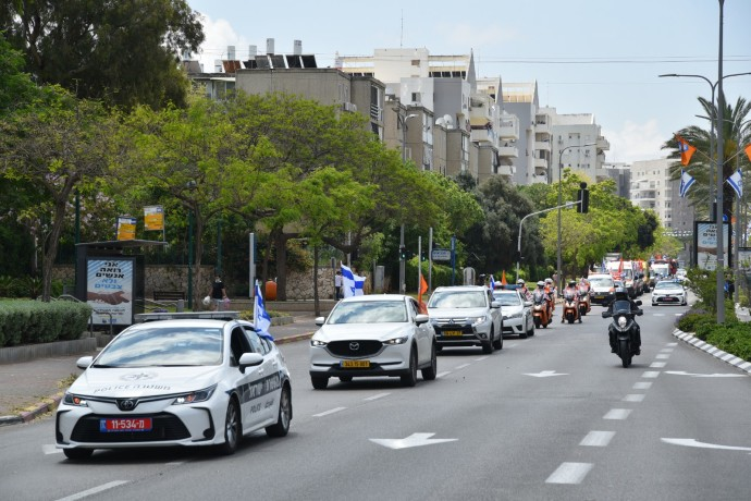 Independence 2020: A convoy of security forces and rescue vehicles passes through Netanya. Photo: Ran Eliyahu