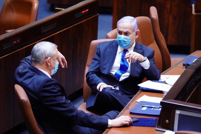 בנימין נתניהו ובני גנץ יושבים בראש שולחן הממשלה. צילום: עדינה ולמן, דוברות הכנסת