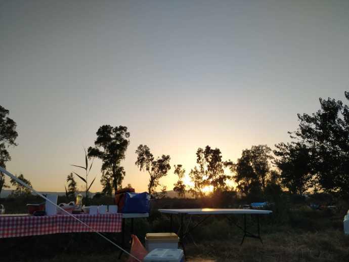 מטיילים בקמפינג בשקיעה בירדן. צילום: עמית כהן
