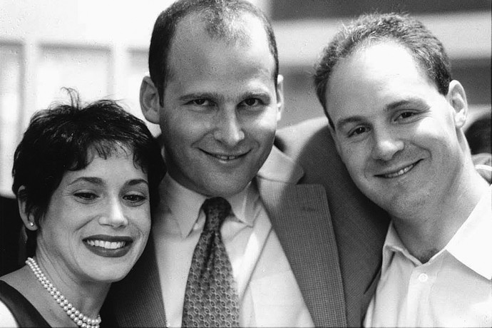 דני (בלי עניבה) מימין עם מרקו גרינברג בחתונתו עם סטייסי. צילום פרטי