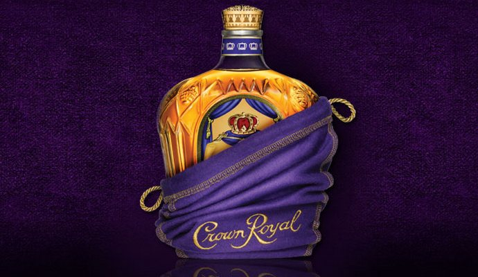 """המלכה מצאה דרכים לארגן לעצמה ולחבר'ה כמה בקבוקים מדי פעם...  (צילומים: יח""""צ)"""