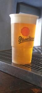 מזיגת בירה בכוס פלסטיק - אווירה