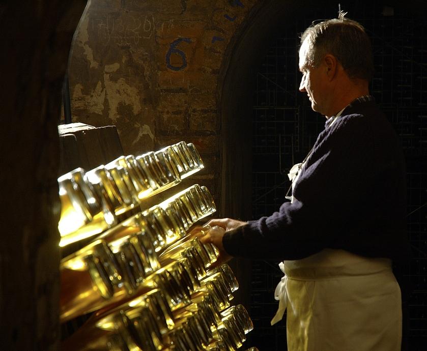 """דצמבר - אומרים שכשהשמפניה צוחקת, כל העולם צוחק, אז למה לא לחגוג... (צילומים: יח""""צ, Engindeniz. freeimages.com)"""