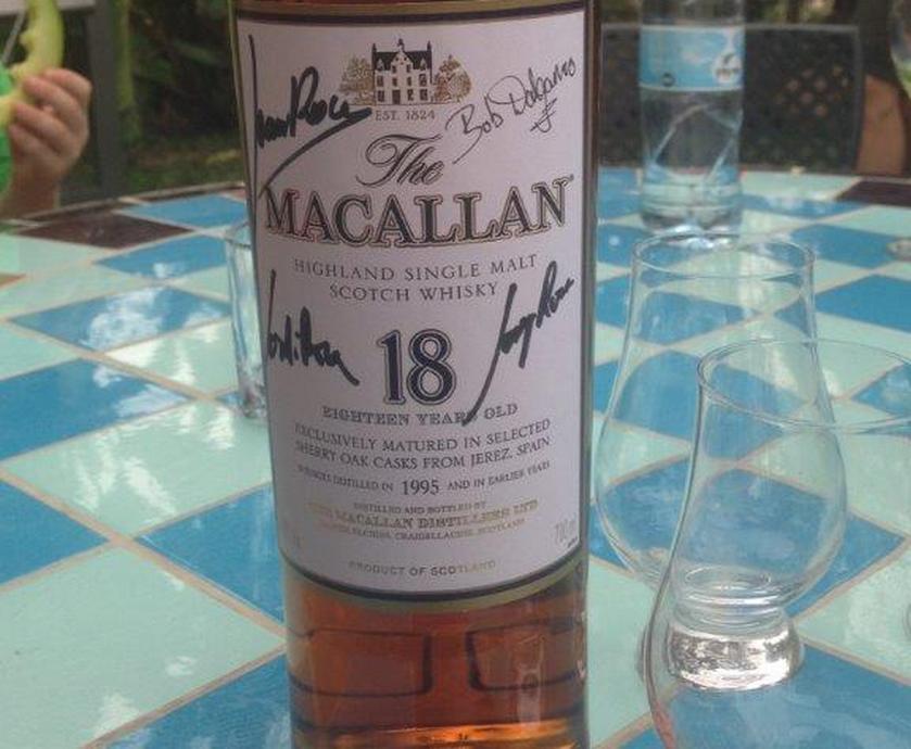 """אני לא חושב שמישהו אי-פעם התבאס ככה מלקבל במתנה בקבוק של מק'אלן 18... (צילומים: יח""""צ)"""