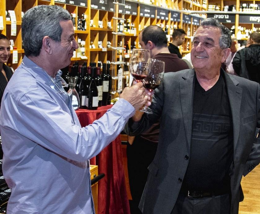 """מוכר דרך היין עם המון ידע וטון סבלנות הבין שהצעיר הסקרן עוד יחזור לשם (צילום: יח""""צ, אורי ורונית, אורי טאוב)"""