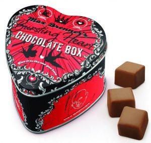מארז בצורת לב של מקס ברנר המכיל קוביות שוקולד חלב ממולאות נוגט ושבבי קוקוס קלוי