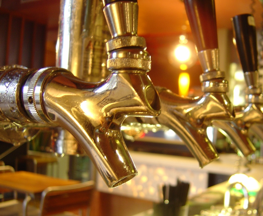 """פאבים וברים שיעמדו בכללי המזיגה, יזכו לתו איכות שאומר בפשטות: כאן נותנים כבוד לבירה! (צילומים: יח""""צ)"""
