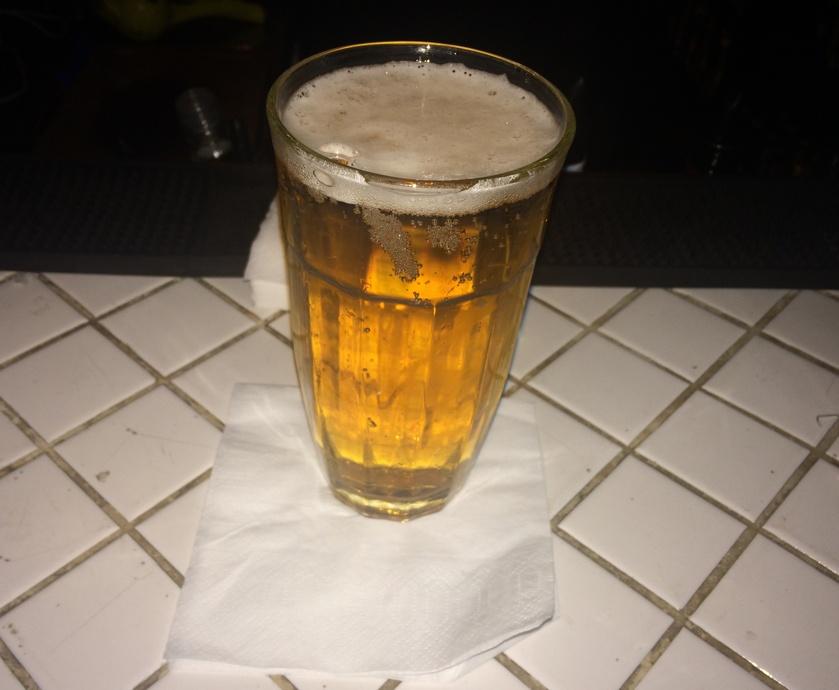 כאן השעה השמחה היא על הכל. בירה ואוכל ביחד. הכל כלול, הכל נכנס והכל מוצע לך עם הישיבה במקום, בצורה נעימה ומקצועית ולא דוחפת... (צלם: דוד הירשפלד)