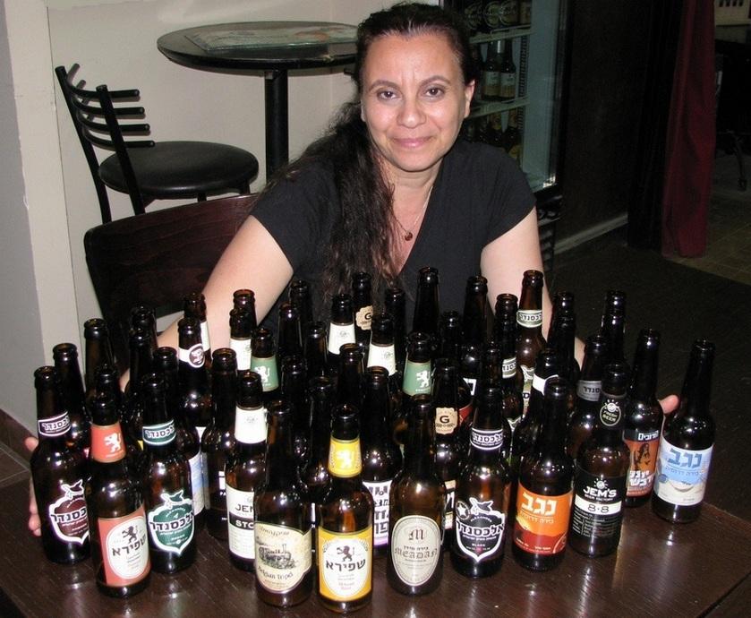 קסטיל רוז' היא עם 8% אלכוהול, והגינס השחורה והמרירה, בירה שהיא סמל הגבריות, היא עם 4.3% אלכוהול. אז מי פה הגבר... (צילומים: גדי דבירי)