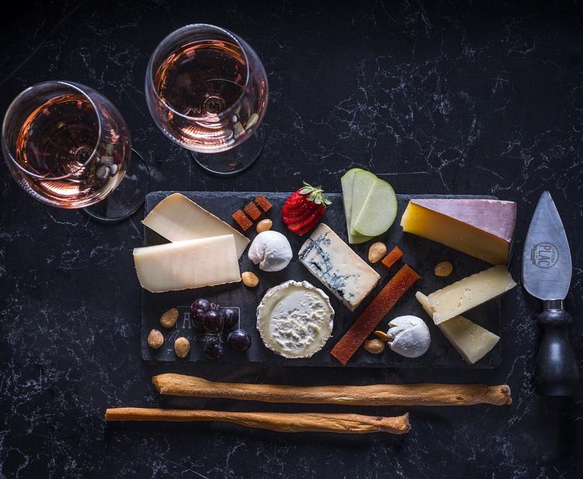 """גבינות ויין לשבועות - לא בכדי ערב גבינות ויין הפך לסמל אולטימטיבי לנהנתנות אנינה... (צילום: יח""""צ, רוני הרץ, אנטולי מיכאלו)"""