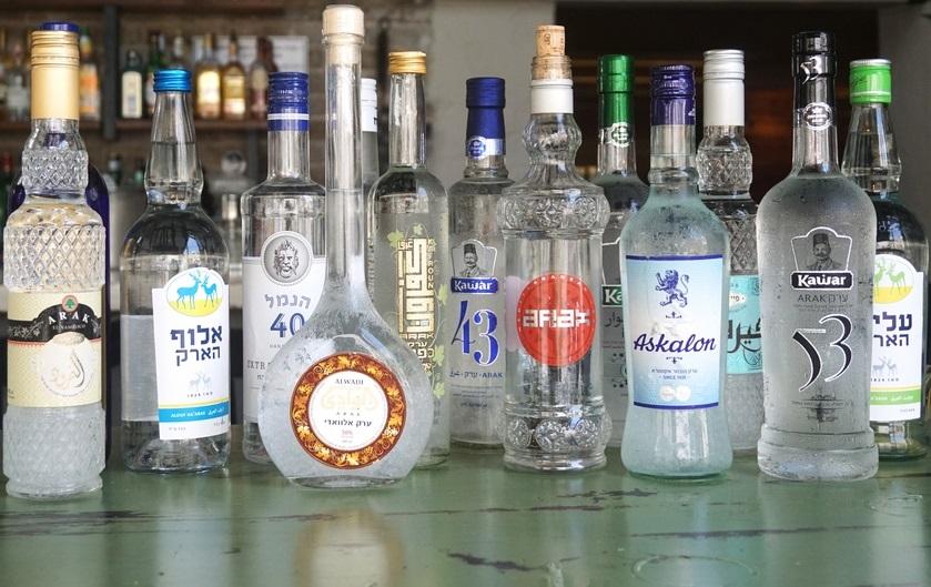 נשבע לכם שעד היום אני חושב שתרבות הצ'ייסר בכלל באה בשביל לדייק שתיית עראק מופרזת... (צילומים: רותם דרוב)