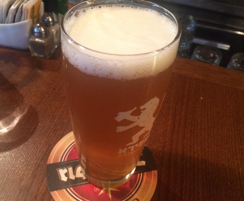 """עצם העובדה שהמקום מגיש בירה שאינה מוגזת מעיד על כך שאין כאן """"מבוגר אחראי"""" שמתפקידו לבדוק את הבירות הנמזגות ולהקפיד על איכות המוצר המוגש ללקוח..."""