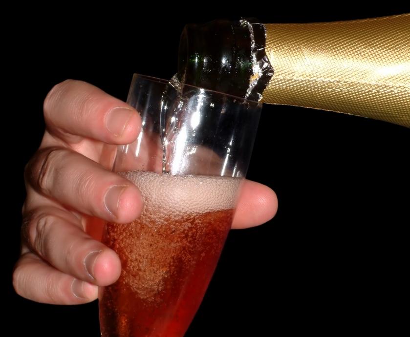 """שמפניה טובה היא קודם כל יין. כזה שיודע ללוות ארוחה, אולי טוב יותר מכל משקה אחר. להציג מורכבות, עידון, אלגנטיות ועושר טעמים... (צילומים: יח""""צ, freeimages.com)"""