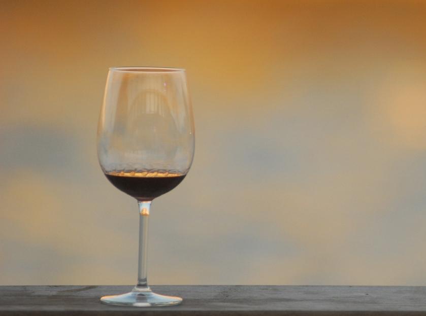"""לפתוח בקבוק סתם כך ביום של חול, עם חביתה וגבינה לבנה מול הטלוויזיה? מה זה פה, אירופה?! (צילום: יח""""צ)"""