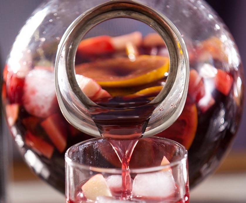 """המשקה שהתקבל היה כהה וסמיך כצבע הדם והשם שניתן לו היה סנגריה - דם בספרדית (צילומים: יח""""צ)"""