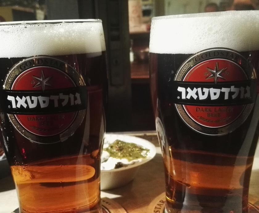 הבירות שהוגשו לנו היו טריות וטעימות, בדיוק כמו שכל בירה צריכה להיות. ובדיוק כמו שכל אחד מיושבי המקום ביקש... (צלם: גדי דבירי)