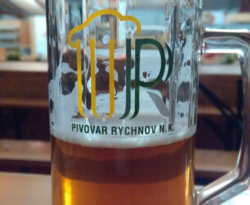פה, חברים, שותים בירה, לא טועמים ולא דוגמים, פשוט שותים... (צילומים: גלית ג'ראפי-דבירי)