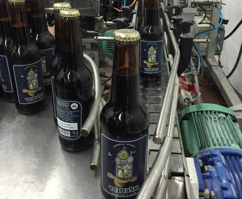 """אלכסנדר אימפריאל סטאוט היא בירה במרקם קרמי, עשירה בטעמים ובעלת מורכבות חמקמקה... (צילומים: יח""""צ, תום גץ, יעל יצחקי)"""