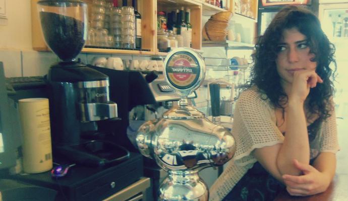 מאיה מוזגת בירה בסירטאקי