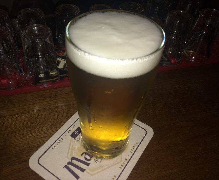 הבירה מוגשת טרייה וקרה, מוגזת טוב ויוצאת עם ראש קצף אחיד וסמיך ללא טעמי לוואי... (צילומים: דוד הירשפלד)