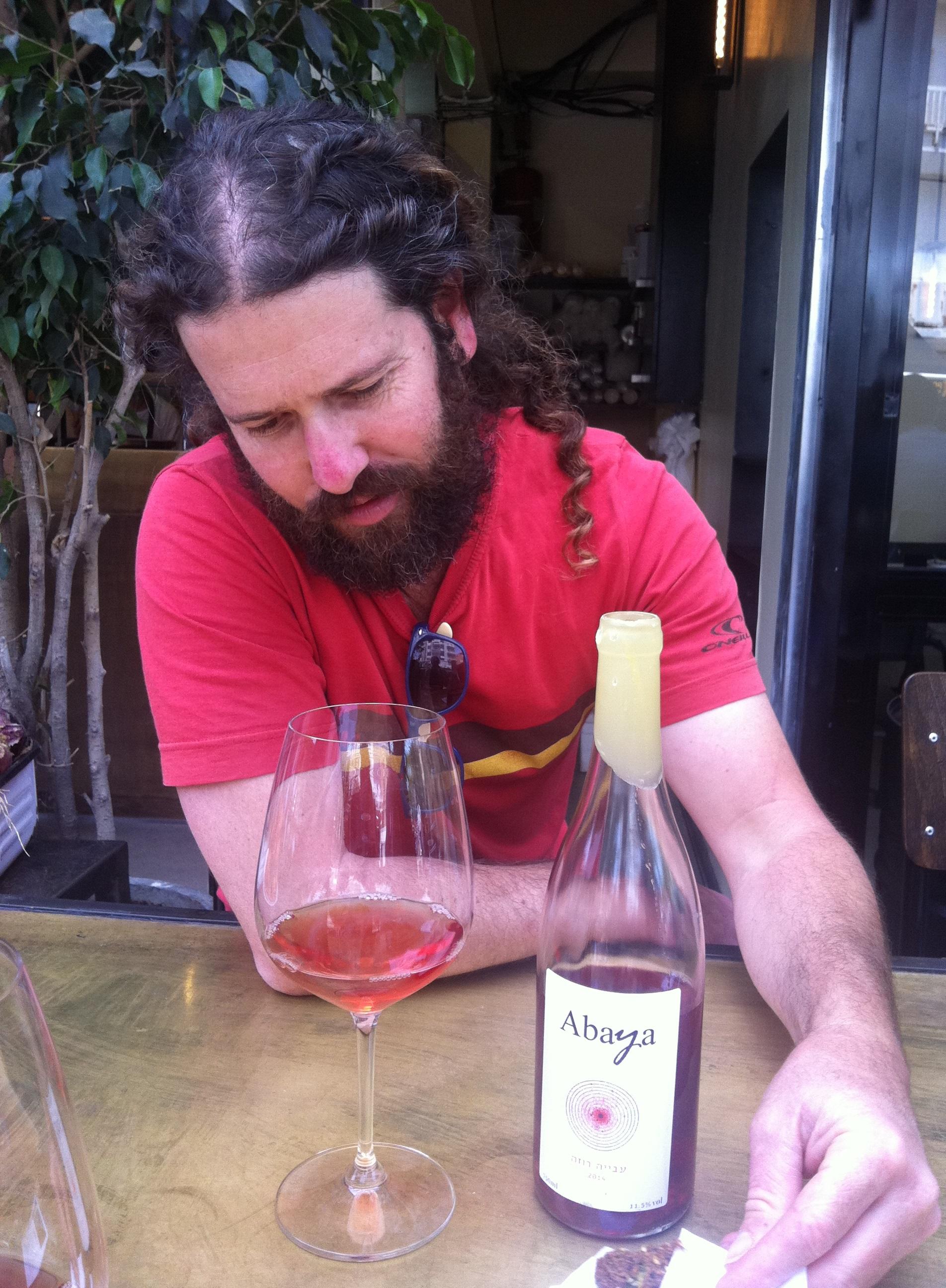יין חסר תקדים. נועז, חצוף, לא מתוק, לא פירותי, אבל גם לא יבש מאד. יין חי, מהורהר, מהרהר ובעיקר מהדהד...
